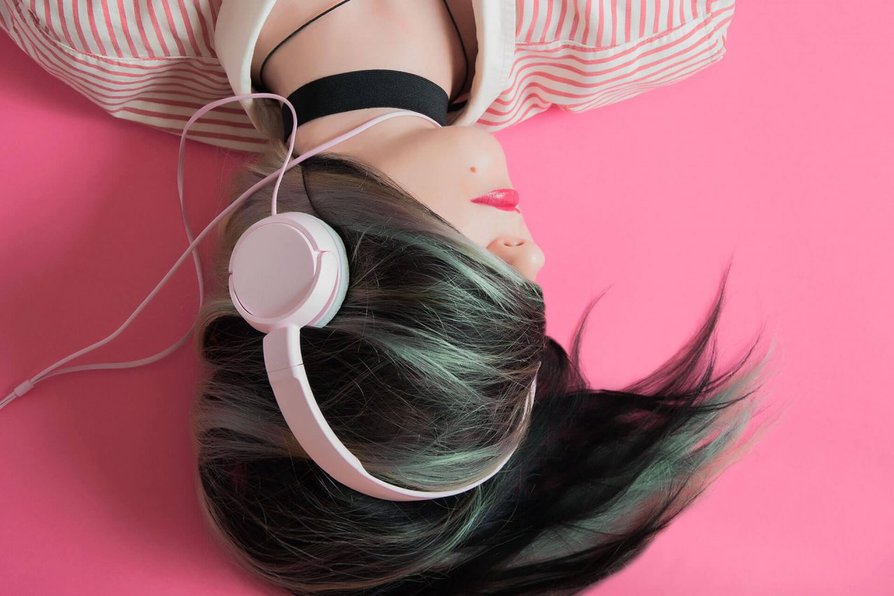 http://val.bold-themes.com/blue-demo/wp-content/uploads/sites/8/2018/02/new_headphones-1280x853.jpg