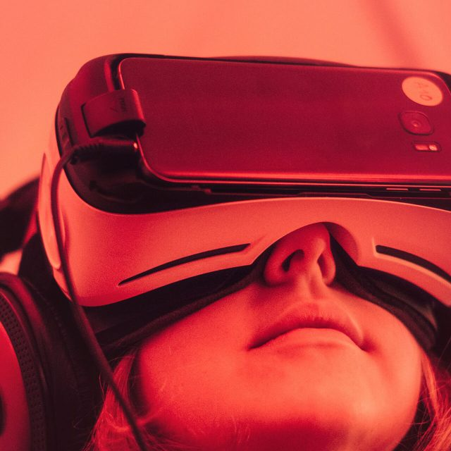 https://val.bold-themes.com/blue-demo/wp-content/uploads/sites/8/2018/06/virtual_reality-640x640.jpg